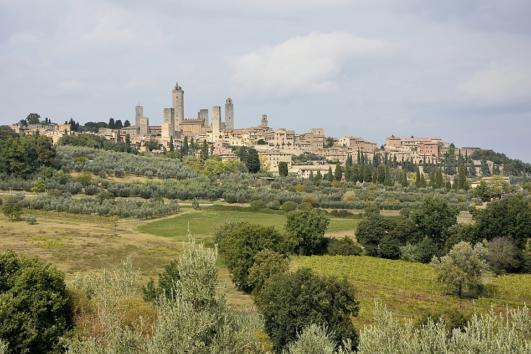 san-gimignano-towers-and-vernaccia-wine